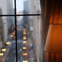 ツインルーム枕元スタンドと窓
