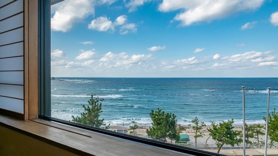 日本海とは思えない、透明感のある海。入り江のようになっている袖ヶ浜海岸