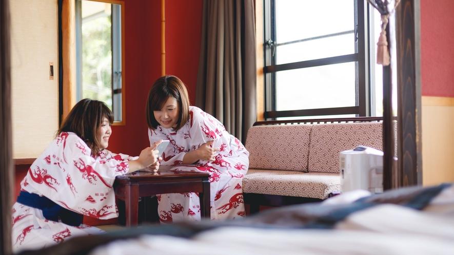 輪島港を眺めるベッド付きのお部屋「うるし」。