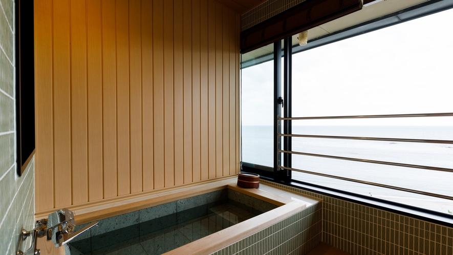 一面の水平線を眺める、オーシャンビュースイートの半露天風呂。