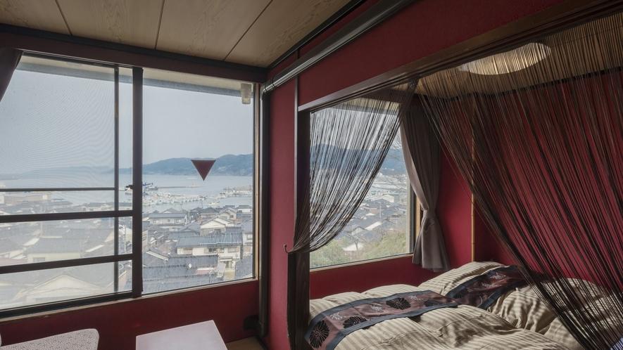 輪島港を眺めるお部屋「うるし」。ベッド付きの和洋室です。