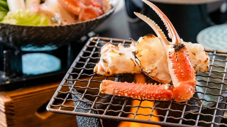 香ばしい焼き蟹。ぷっくりふと膨れ上がった蟹足。アツアツのうちにお召し上がりください。