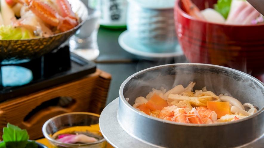 釜で炊き上げ、熱々を頂く蟹釜飯。蟹の香りが食欲をそそります。