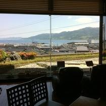 当館ロビーから輪島港の景色