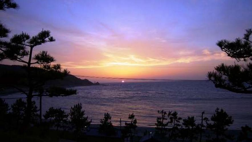 宿からは日本海に沈む夕日を眺めて。