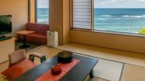 12畳和室の客室。美しい海を眺めながら、静かに過ごす能登のひととき。夕陽が見える季節も最高です。