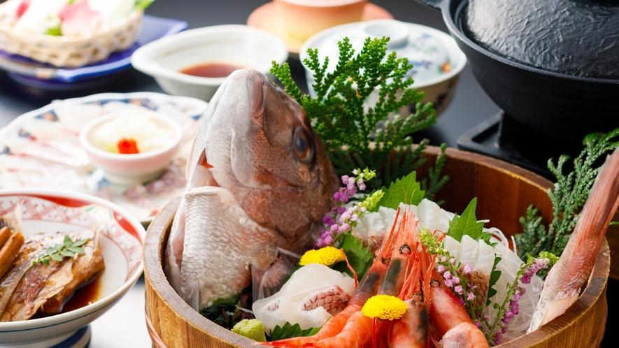 新鮮な鯛を姿造りと鯛のしゃぶしゃぶでお召し上がりいただく「鯛しゃぶ会席」の一例