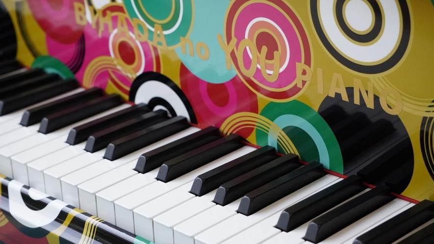 「ラッピングピアノ」月に数回ロビーでスタッフによる生演奏開催!ストリートピアノとしてお弾き頂けます♪
