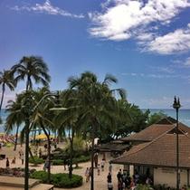 ホテル前のワイキキビーチ