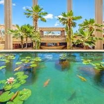 ホテル館内  池