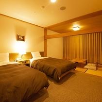 【和洋室】 ベッド2本と奥には6畳のあるお部屋