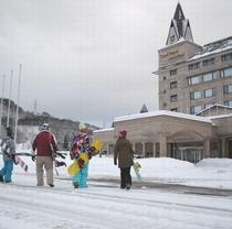 【観光】冬期ホテル前の若者たち