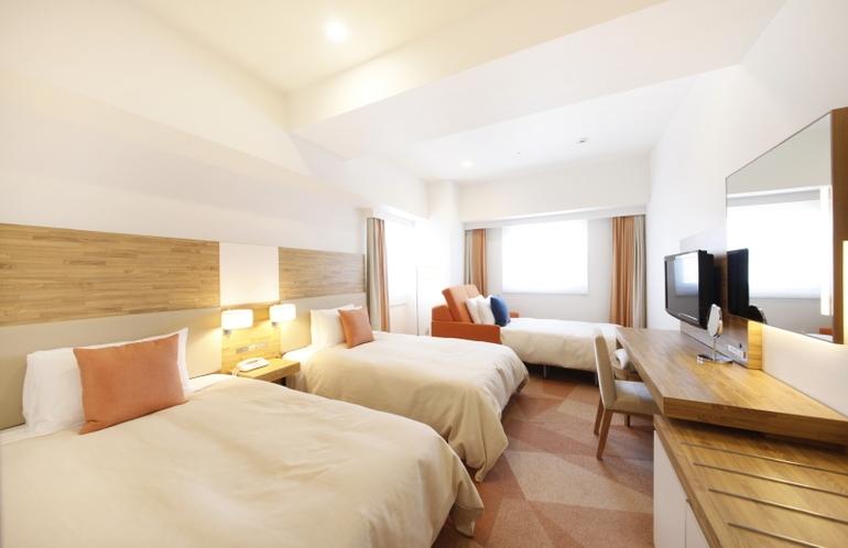 デラックスツインルーム3名様利用 26.9平米/シモンズ社製セミダブルサイズベッド、幅120cm