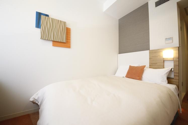 シングルルーム(セミダブルルーム)13.4平米/シモンズ社製セミダブルサイズベッド 幅130cm