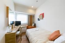 シングルルーム(セミダブルルーム)13.4平米/シモンズ社製セミダブルサイズベッド、幅130cm