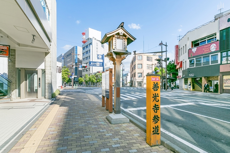 ホテルは、善光寺まで向かう参道、「中央通り」に面しています。