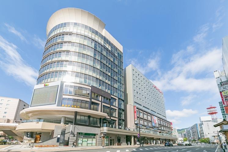 長野駅、善光寺口より徒歩2分の便利な立地。ドン.キホーテが入る円形ビルの後方がホテルです