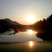 ■近くの川の橋から眺める夕日■