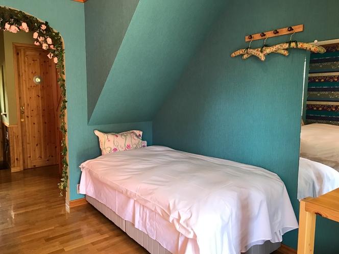 1階の寝室  シングルベッド
