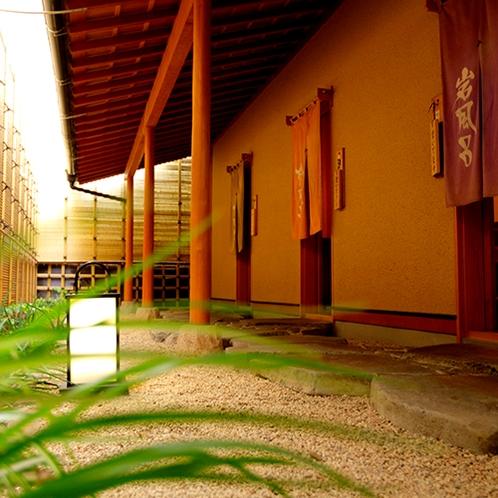 【温泉】石畳の回廊を抜け貸切露天風呂へ