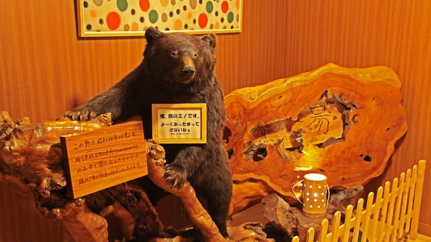温泉入口熊の剥製