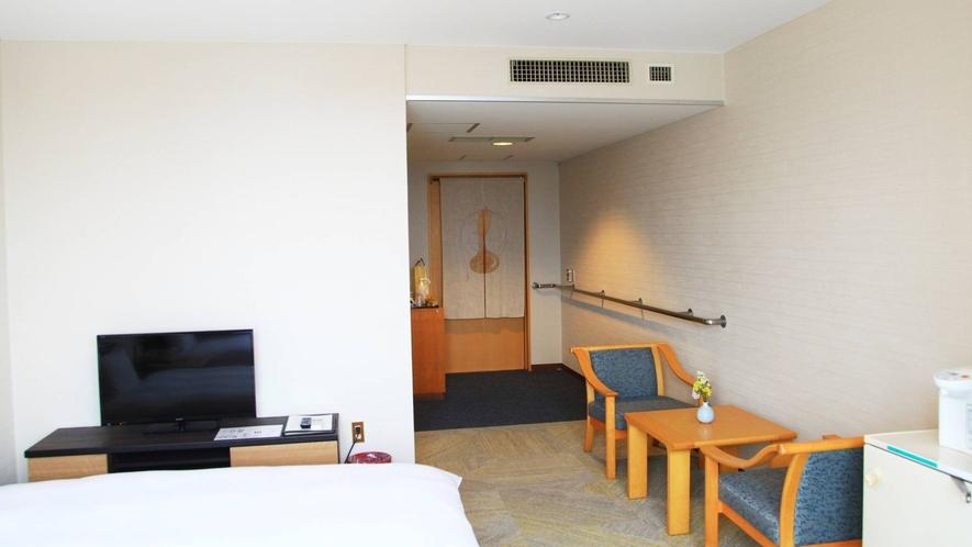 【洋室ツイン】シャワールームとバリアフリー型洋式トイレが付いたお部屋です