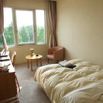 【シングルルーム】ベッドは広々使えるダブルベッドです!