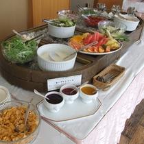 【ご朝食】九州の中でも有名な益城町の高冷地野菜です。