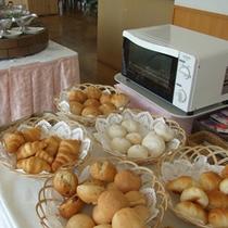 【ご朝食】パンコーナーにはトースターを設置。アツアツをお召し上がりいただけます。