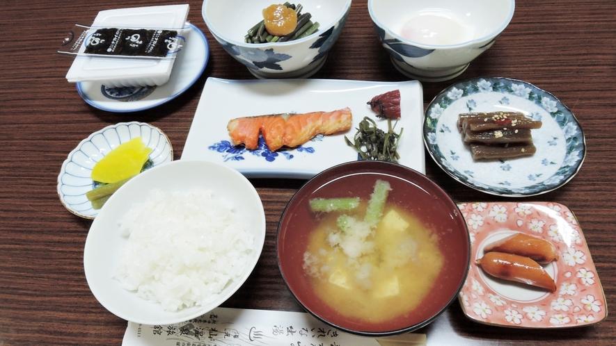 *朝食一例/わらびの酢味噌和えやフキの煮物など、山の宿ならではのメニューも楽しめる和定食。