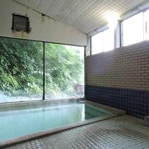 *男女別内湯/日本百名湯にも選ばれた源泉かけ流し温泉。24時間いつでも入浴可能です。