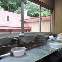 *館内/トイレと洗面所は、客室と同じ階にある共有スペースをご利用ください。