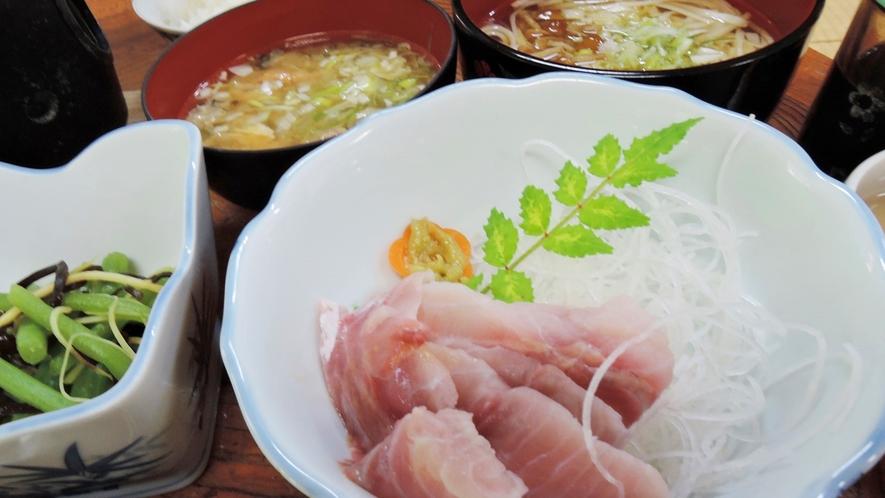 *夕食一例/臭みが全くないと驚かれる鯉の刺身。※4名様以上でのご提供に限らせていただきます。