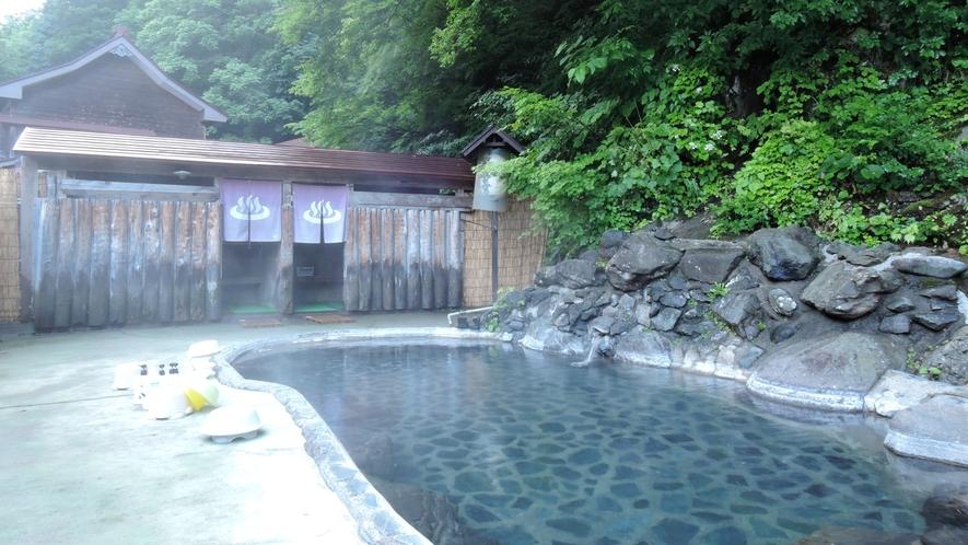 *露天風呂(混浴・女性専用利用可)/森の香りに包まれて、秘湯の風情をたっぷりと感じられます。