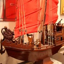 *【館内施設】船員保養所らしく、船の模型や旗がお客様をお出迎え。