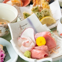 *お夕食一例「三崎膳(11品)」季節や仕入れの状況により、お料理の内容が変更される場合もございます。