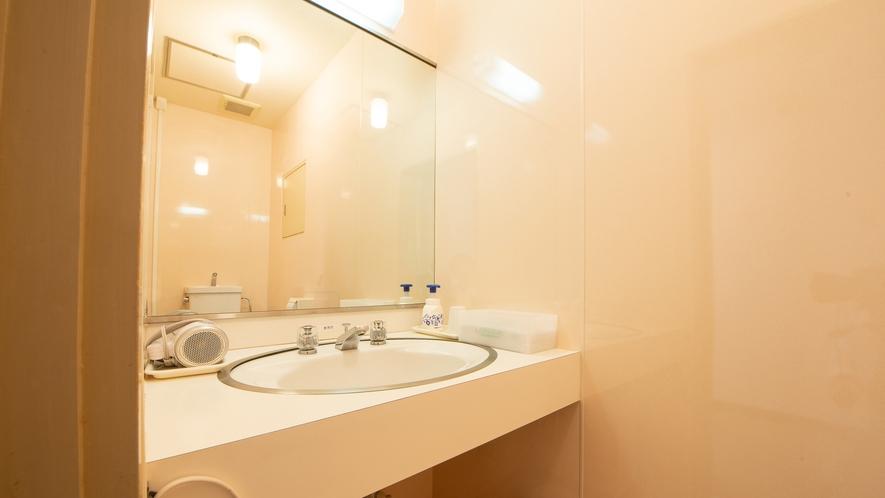 *洋室ツイン/広々と明るい洗面台。