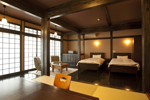 和洋室15畳 ベット2台付 琉球畳のお部屋 冷蔵庫完備
