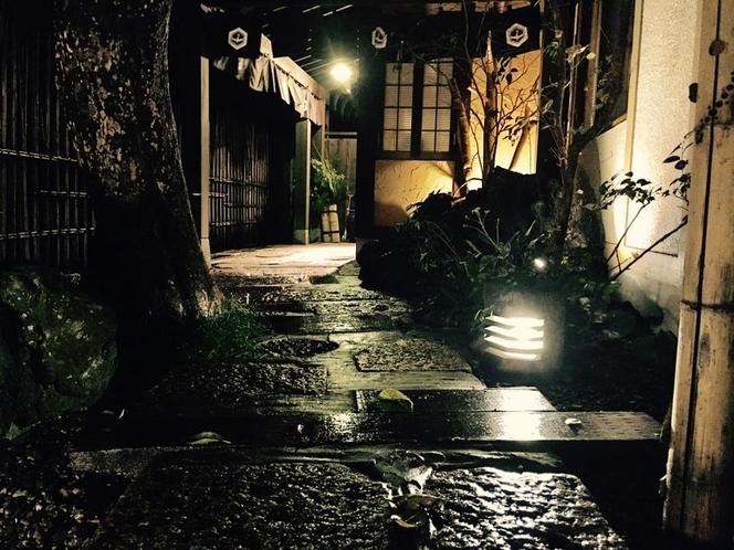 玄関の夜の顔