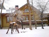 鹿の置物と冬