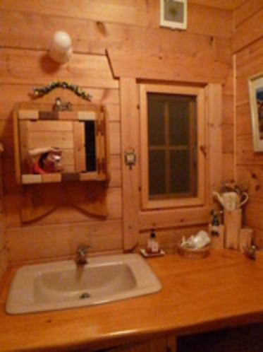 木を生かしたおしゃれなパウダールームの洗面台