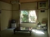 広々とした10畳の和室。ゆっくりくつろげます。