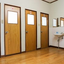 *[共用トイレ]男女別のトイレをご利用ください
