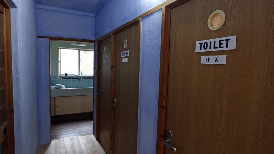 共用トイレ★奥の洗面所からも天然温泉が出ます♪