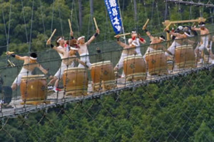 十津川鼓動の会の太鼓演奏谷瀬のつり橋にて