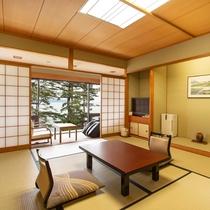 *【本館和室10畳(湖側)】お部屋の目の前が白砂青松の琵琶湖畔で広縁からの眺めも良好です