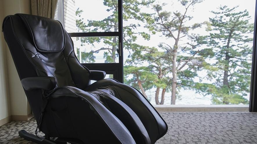 *本館のお部屋には全室マッサージチェアがあります。のんびりと琵琶湖を眺めることができます。