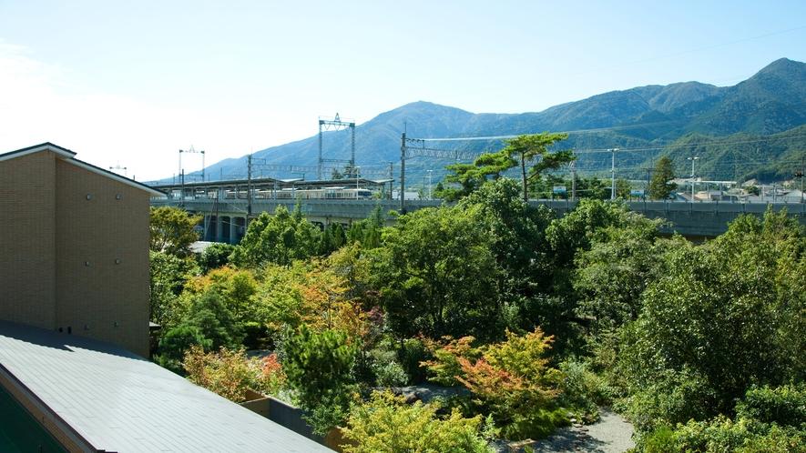 *別館洋室からは良山系の山々と近江舞子駅に停車する電車が見えます。