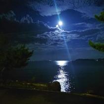 夜の散歩もおススメ♪当館前の浜は月がとってもキレイに見えます★