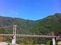 大渡ダム湖畔をサイクリング でっかい吊り橋があります